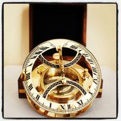 Mosiężny żeglarski zegar słoneczny, Zegar Dollonda, kompas żeglarski z inklinacyjnym zegarem słonecznym - wskazuje właściwy kierunek w każdym miejscu na ziemi, pomaga zawsze wybrać właściwą drogę i bezpiecznie wrócić do domu, morska alegoria wytyczania dobrego kursu, omijania także życiowych raf i mielizn, żeglarski prezent, marynistyczna dekoracja, gustowny morski dodatek, stylowy marynistyczny upominek, prezent dla Żeglarza - mosiężne kompasy i busole żeglarskie, dawne naftowe lampy…