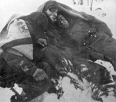 Las mejores fotos de la segunda guerra mundial: Tres soldados Alemanes del VI Ejército muertos po...