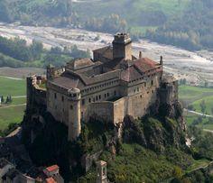 Il Castello di Bardi sorge a Bardi, una località in provincia di Parma
