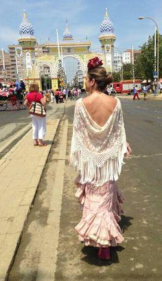 Feria de Sevilla 2014. #flamenca #volantes #manton #flecos #portada Traje canastero rosa nude y mantoncillo de encaje blanco hecho a mano. Ole y ole!
