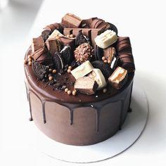 Chocolate Birthday Cake Decoration, Candy Birthday Cakes, Elegant Birthday Cakes, Pretty Birthday Cakes, Birthday Cake Decorating, Cake Decorating Techniques, Cake Decorating Tips, Drippy Cakes, Chocolat Cake