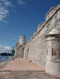 En el muelle del Puerto de Veracruz se encuentra San Juan de Ulúa; una imponente fortaleza erigida, sobre el islote del mismo nombre, con piedras de coral.