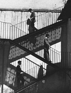 unos suben y otros bajan, ca. 1940  photo by lola alvarez bravo