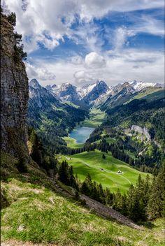 Hermoso cielo moteado sobre los Alpes Suizos en primavera.