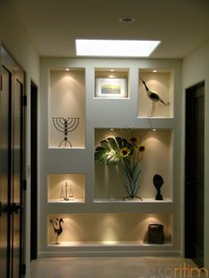 wall art displays in living room   Dekorasyon : hol niş uygulaması