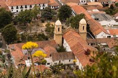 These 15 places to visit near Bogota are designed especially for you! Destinations near Bogota are full of nature, waterfalls, lagoons, history and parks. Rural House, Natural Park, Lodges, Small Towns, Cool Places To Visit, Paths, The Good Place, Cathedral, Waterfall