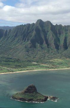 Chinaman's Hat and Koolau Mountains, Oahu, Hawaii. Chinaman's Hat island is named after its shape and is also known as Mokolii. #oahu #hawaii