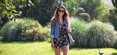 La fashion blogger Pamela presenta esta idea de outfit para el otoño. Ropa de Moda que se combina para crear un look divertido que te hará lucir femenina. Fashion outfit by Pamela: Denim Jacket, Florar Jumper, Glasses. #fallOutfit #fallFashion #fBlogger #fashionBlogger