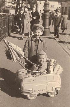Un petit tour dans les années Vintage Children Photos, Images Vintage, Vintage Pictures, Old Pictures, Old Photos, Vintage Stroller, Vintage Pram, Precious Children, Beautiful Children