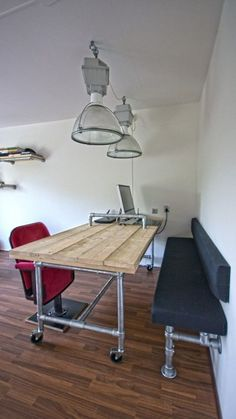 Rolling pipe desk and wall bench made with Kee Klamp pipe fittings. All components available at Home Depot. Pipe Furniture, Industrial Furniture, Pallet Furniture, Furniture Projects, Home Projects, Furniture Vintage, Garden Projects, Pipe Desk, Pipe Table