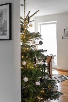 Weihnachtsbaumschmuck im minimalistischen Stil selber machen - hier erfahrt ihr, wie es geht. #weihnachtsbaumschmuck #christbaum #tannenbaumschmuck #weihnachten #weihnachtsdeko Christmas Mood, Xmas, Holidays, Holiday Decor, Home Decor, Craft, Minimalist Style, Helpful Tips, Christmas Tree Decorations