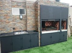 Puertas Bajo mesadas a medida, con detalles en inoxidable. Outdoor Bbq Kitchen, Patio Kitchen, Outdoor Rooms, Outdoor Living, Outdoor Decor, Parrilla Interior, Grill Bar, Bbq Wood, Pergola