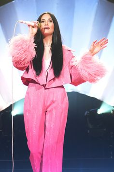 Kacey Musgraves looks pretty in pink while performing at the Ryman Auditorium on Wednesday in Nashville. Look Fashion, Fashion Outfits, Fashion Tips, Fashion Bloggers, Pretty People, Beautiful People, Pop Culture Halloween Costume, Lollapalooza, Pink Aesthetic
