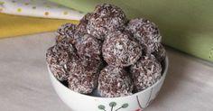Come preparare dei dolci velocissimi e senza cottura: le palline al cocco e cacao sono dolcetti deliziosi da servire a fine pasto o con il caffè