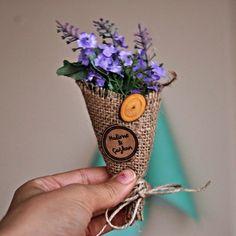 Buket nikah çiçeği modelimiz, hasır külahın içinde dilediğiniz renkte çiçekler kullanılarak üretilmektedir.
