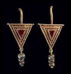 A PAIR OF ROMAN GOLD, GARNET A