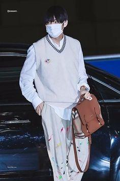 100919 at Incheon Airport 💜 Big Fashion, Kpop Fashion, Korean Fashion, Fashion Outfits, Airport Fashion, Taehyung Gucci, Kim Taehyung, Suga Rap, Jimin