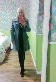 Casaco de lã cinza, mini vestido preto, botas OTK