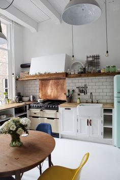 Ladrilho branco na parte do fogão e armário embaixo do balcão que separa os ambientes