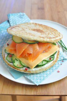Burger de saumon - Envie de bien manger. Plus de recettes à base de saumon sur www.enviedebienmanger.fr/idees-recettes/recettes-saumon