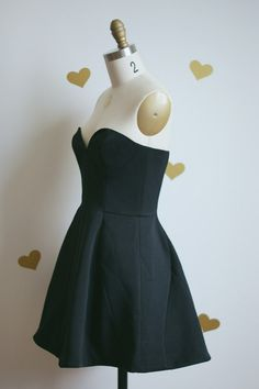 A gorgeous little black dress by Finders Keepers with designer finishings and a perfect decollate! Sweatheart strapless, with boning for a perfect fit, and two