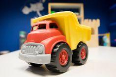 Kiepwagen (Green Toys) Een kiepwagen van 100% gerecyclede melkpakken. Deze milieuvriendelijke kiepwagen heeft een werkende kiepbak en geen metalen assen.  Formaat: l × b × h = 25,4 × 19,05 × 18,1 cm http://www.kgrolf.nl/product/0732/3540204_13564_1067_181_21/kiepwagen-green-toys.aspx