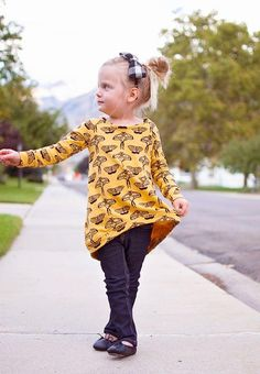 Make an adorable fall sweatshirt for your little one that looks super cute with leggings or jeans with this free Butterfly Raglan Sweatshirt Pattern. Great for back to school season, this super cuddly and stylish sweatshirt is lightweight enough for Sewing Kids Clothes, Sewing For Kids, Fall Sewing, Sewing Patterns Girls, Sewing Ideas, Diy Tops, Diy Sweatshirt, Baby Sewing Projects, Free Pattern