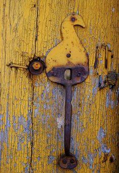 Yellow door with bird latch Door Knobs And Knockers, Knobs And Handles, Door Handles, Old Doors, Windows And Doors, Yellow Doors, Door Detail, Peeling Paint, Rusty Metal