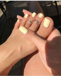 Gelbe Mani als Sommer Mood Booster - Nageldesign - Nail Art - Nagellack - Nail Polish - Nailart - Nails - Cute Acrylic Nails, Cute Nails, Acrylic Toes, Pastel Nails, Pretty Toe Nails, Pretty Toes, Holiday Acrylic Nails, Painted Toe Nails, Beautiful Toes