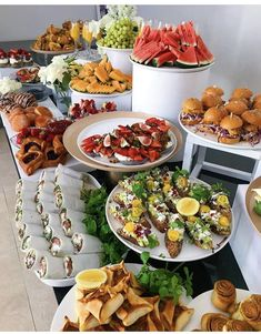 Party Food Buffet, Party Food Platters, Birthday Brunch, Brunch Party, Food Displays, Snacks Für Party, Aesthetic Food, Food Presentation, Appetizer Recipes