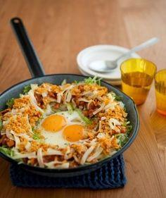 """ごはんの上にタコスの具をのせた沖縄料理""""タコライス""""。ひき肉+サルサソースで作るところをミートソースでリメイク!サルサほど辛くないので子供たちにも大人気!10分で美味しいタコライスの完成です♪"""
