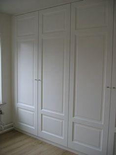 Kastenwand in de slaapkamer van oude paneeldeuren: