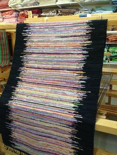 rug with irregular black border -- VÄVSKÄLET: August 2013 this would be fun as a clasped weft rag weaving, solid black on each edge and multi-colors in the center. Rug Hooking Patterns, Weaving Patterns, Weaving Textiles, Tapestry Weaving, Loom Weaving, Hand Weaving, Rug Loom, Tapetes Diy, Homemade Rugs