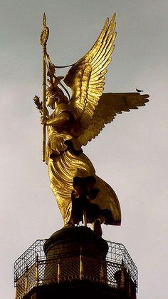 """BERLIN ... die VIKTORIA (von den Berlinern liebevoll """"Goldelse"""" genannt) auf der Siegessäule auf dem Großen Stern inmitten des Großen Tiergartens. Wurde von 1864 bis 1873 als Nationaldenkmal der Einigungskriege nach einem Entwurf von Heinrich Strack erbaut."""