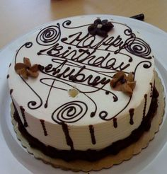 Round white cream and chocolate birthday cake. Birthday Cake Pinterest, Pinterest Cake, White Chocolate, Chocolate Cake, Happy Birthday Cake Images, Cake Youtube, Cake Online, Types Of Cakes, Delicious Chocolate