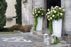 ... Decorazioni per matrimonio sul lago con fiori e lanterne ... Light Decorations, Flower Decorations, Wedding Gate, Wedding Ceremony Decorations, Marry You, Kirchen, Just Married, Flower Arrangements, Wedding Planner