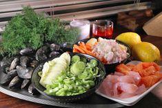 Keittiöön iltaisin liimautunut kotikokkaaja. Innokkaana kokeilemassa ja kehittelemässä reseptejä läheltä ja kaukaa.