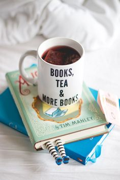 Books tea and more books  ♥   http://melinasouza.com/2016/01/05/book-haul-2015-mais-de-70-livros/  Melina Souza- Serendipity ♥