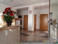 Prenajmeme kancelárie v  budove na Metodovej ul : 1.NP 34,8m2 + 15,5m2 – mala miestnosť je čiastočne presklená, prechádza sa do nej cez veľkú miestnosť.