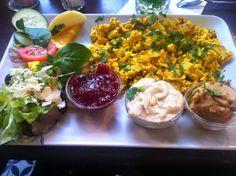 Zum ersten Advent ging es bei Familie Schulz zum auswärts Essen ins Kleeblatt. Ein herrliches Frühstück aus einer großen Portion Rührtofu, Marmelade, Hummus und Erdnussbutter.