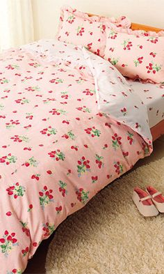 bed set with strawberry print dekbedovertrekset met aardbeienprint