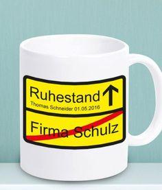 """Zu Beginn der Rente ist diese Tasse """"Ortsschild Rente / Ruhestand"""" eine coole Geschenkidee. Das Schild auf der Tasse wird nach Ihren Wünschen gestaltet."""