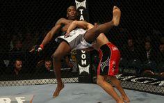 Nigeriano Anthony Njokuani é derrubado por Castillo durante sua derrota por pontos no UFC 141