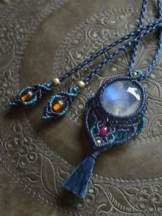 Moon Stone & Ruby & Amber  adorable Mamaru dark blue of Schiller impressive Moonstone to shape the (white labradorite) in the main, is a macrame pendant braided together like good gem quality ruby and 18K beads of color. ⇒ Http://Nijinokakehashi.Jp/SHOP/MN-441.Html