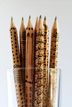 Pyrography on wooden pencils, this is a great idea, just buy a bundle of plain ones & get going with the tips that came with your wood burning tool. They don't have to be perfect, make nice gifts or give aways at a craft fair ; Wood Burning Tool, Wood Burning Crafts, Wood Burning Patterns, Wooden Pencils, Wood Burner, Diy Holz, Wooden Crafts, Dremel, Craft Fairs
