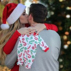 Christmas Baby Announcement win (Pregnancy Christmas Photos) - New Site Christmas Pregnancy Photos, Holiday Pregnancy Announcement, Pregnancy Announcement Photos, Maternity Christmas Pictures, Announcing Pregnancy At Christmas, Baby Announcing Ideas To Family, Facebook Pregnancy Announcement, Cute Baby Announcements, Announcement Cards