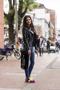 #StreetStyleBogota con @walkscapades #moda #urbana Bogota, Colombia. http://styco.com.co/ @majoaw #fashionblog New Balance Sneakers leather jacket jeans fringes purse