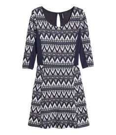 Short jersey dress with details in a contrasting colour, an opening with a button at the back of the neck, 3/4-length sleeves, a seam at the waist and a flared skirt.