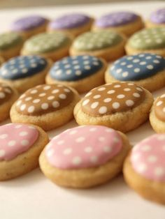 These button cookies pretty much make my day. Button Cookies, Mini Cookies, Spice Cookies, Cute Cookies, Cupcake Cookies, Royal Icing Cookies, Sugar Cookies Recipe, Brownie Recipes, Cookie Recipes