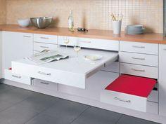 Sie können keinen Tisch stellen, haben aber mindestens 1,5 Meter bis zur Wand oder gegenüberliegenden Küchenzeile? Dann planen Sie ausziehbare Arbeitsplatten ein.  Auf den ersten Blick eine Schublade, verstecken sich dahinter ein Tisch und zwei Hocker zum Herausziehen.  (Preis auf Anfrage, Alno)